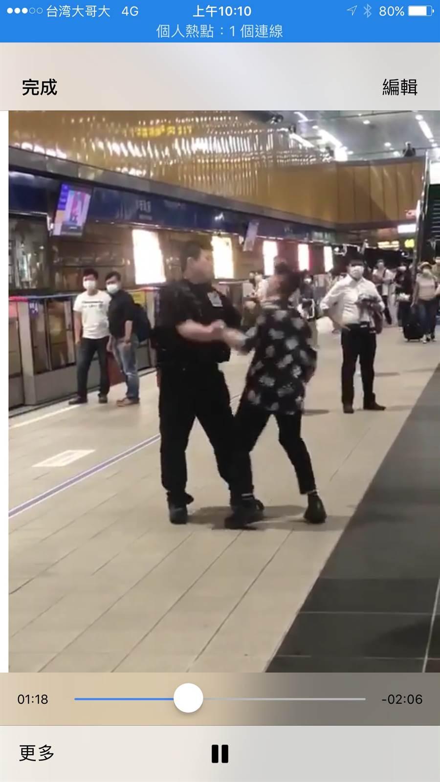 女子不搭運沒載口罩,毆打與咬傷保全。(圖/翻翻YOUTUBE畫面)