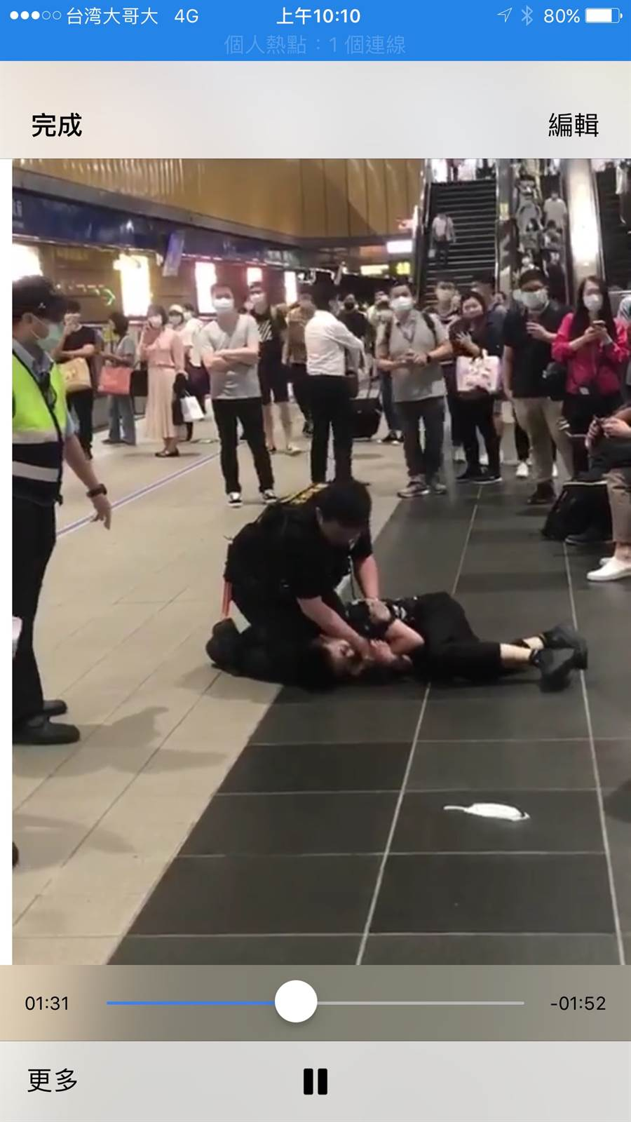 女子不搭運沒載口罩,毆打與咬傷保全,遭壓制在地上