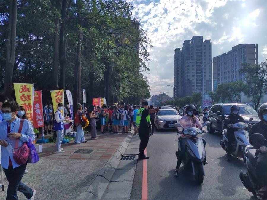 新竹市警局為讓考生能安心應考,今早派員維護考場周遭交通與秩序。(新竹市警局提供/陳育賢新竹傳真)