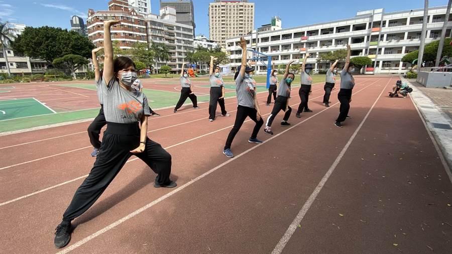 台中市校園今天起假日開放,一早就有民眾到校園運動。(陳淑芬攝)