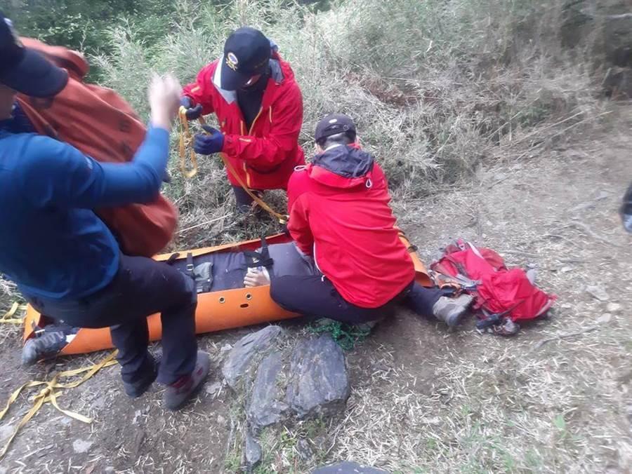 32歲李姓領隊攀登雪山東峰,途中身體不適,消防隊員趕到實施急救,仍回天乏術。(台中市消防局提供/王文吉台中傳真)