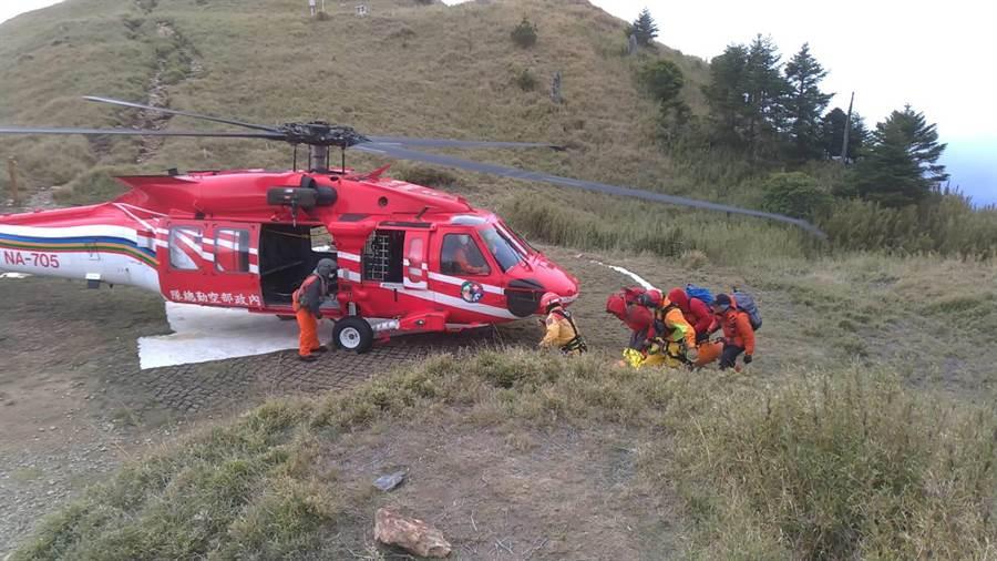 消防隊員將遺體搬運至雪東停機坪,隔天一早由空勤直升機載運下山。(台中市消防局提供/王文吉台中傳真)