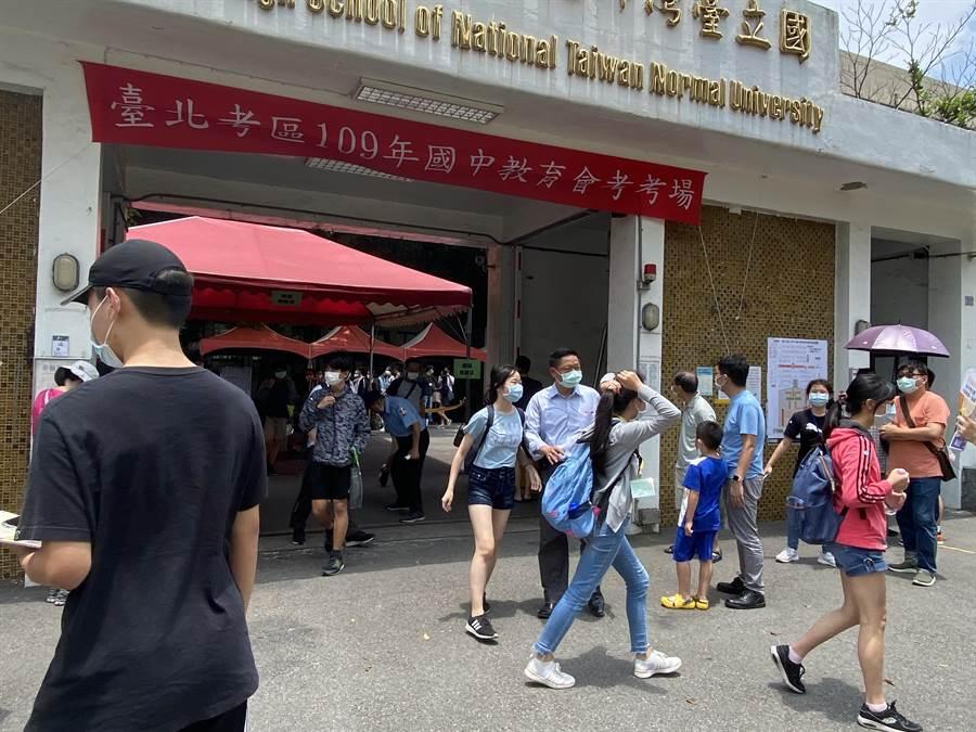 國中會考今登場,午餐休息時間門口出現許多家長。(游念育攝)