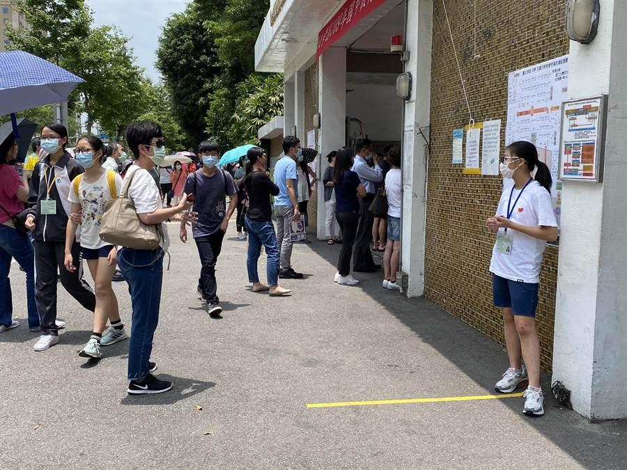 考場校門口出現許多家長,等待孩子能一切吃午餐。(游念育攝)