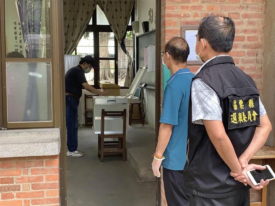 銅鑼鄉長補選16日辦理投開票,設置16個投開票所,民眾投票情形踴躍並配合配合檢疫與選務人員的引導,完成投票。(何冠嫻攝)