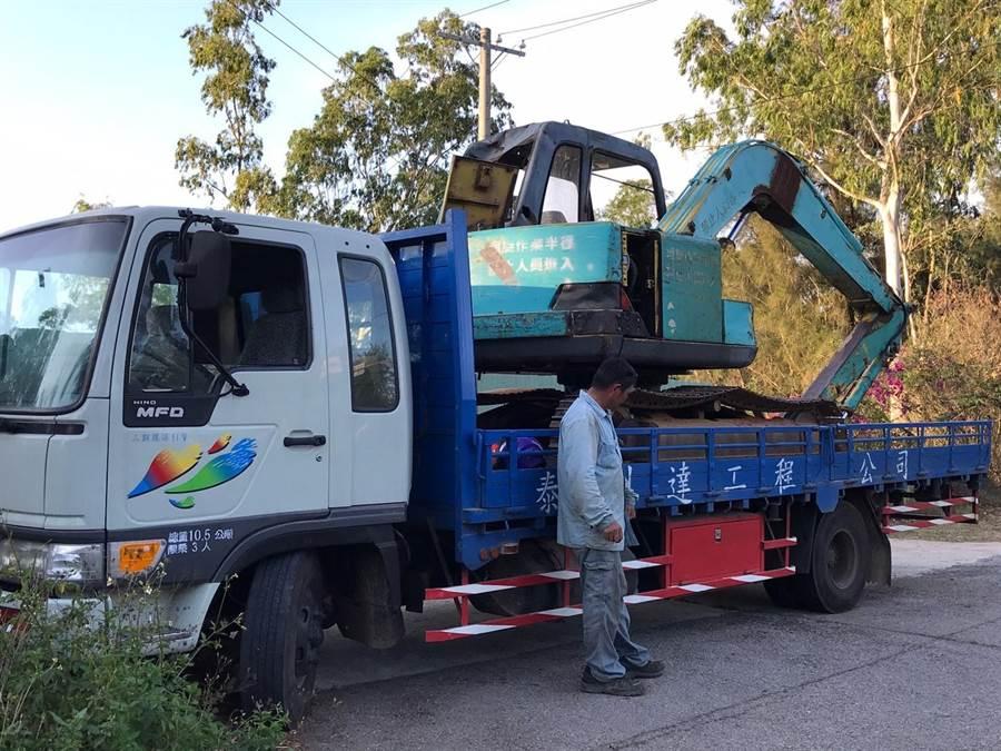 金門林姓工人昨(15)日施工挖出1枚疑為「823砲戰」時的105公厘未爆彈,竟然自行開車欲載往金防部報繳。(民眾提供)