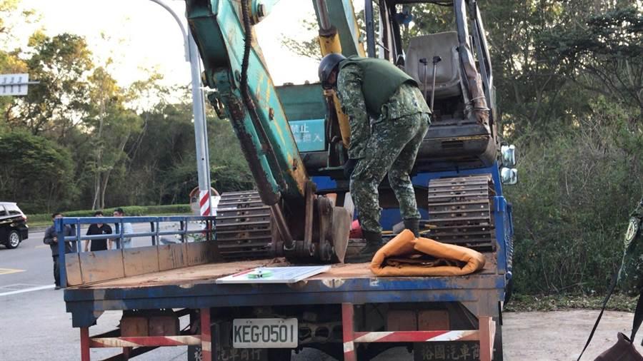 金防部未爆彈處理小組帶回銷毀,解除一場貨車變「炮車」的危機。(民眾提供)