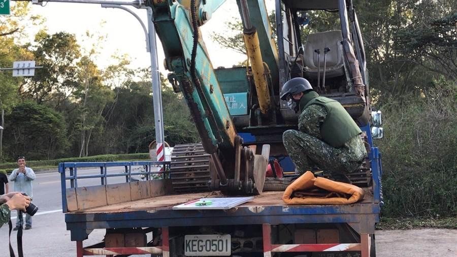 金防部未爆彈處理小組帶回銷毀,驚險解除一場貨車變「炮車」的危機。(民眾提供)