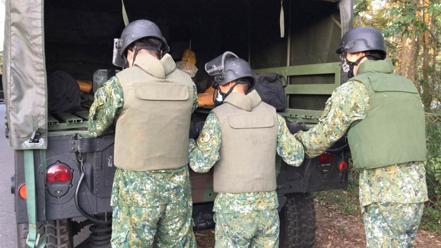 金防部未爆彈處理小組用防爆毯包裹攜回銷毀,順利解除狀況。(民眾提供)
