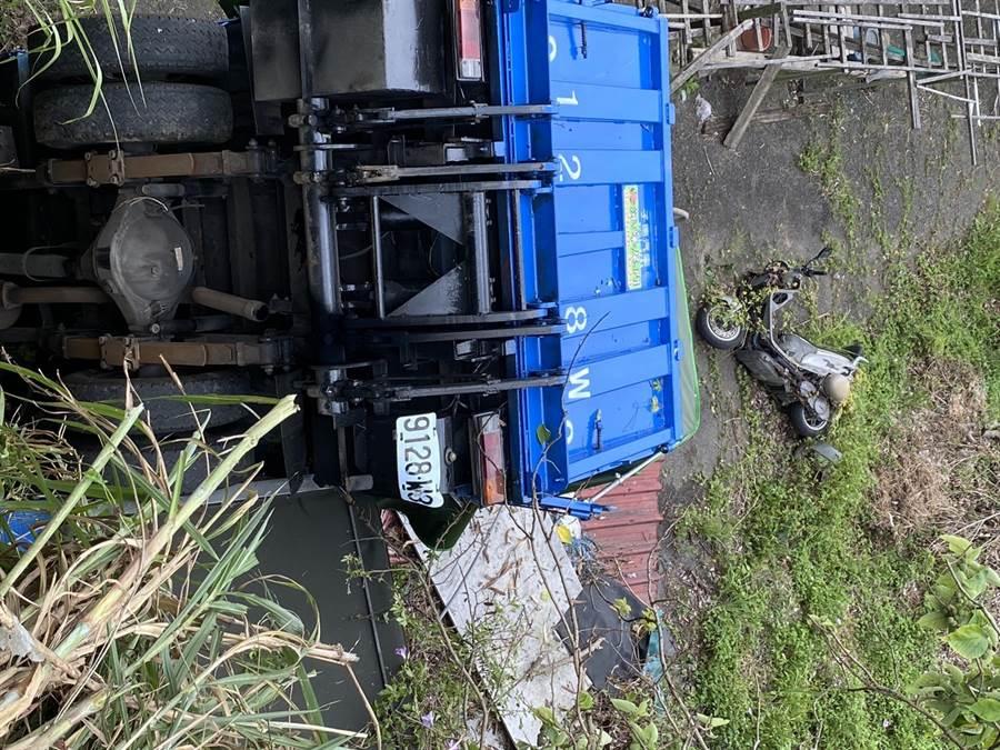 兩台貨車疑似打滑相撞掉入山谷中,所幸無人傷亡。(吳家詮攝)