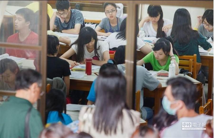 因應今明兩天會考,教育部已請全國各考場進行防颱的整備工作,以利考試能順利進行。(本報資料照)