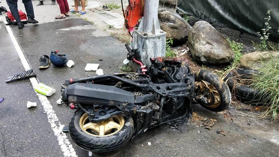 23歲男騎士騎車自撞路燈桿,機車燒成廢鐵。(台中市消防局提供/王文吉台中傳真)