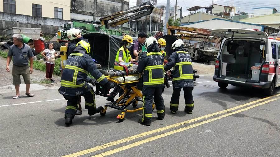 男騎士自撞路燈桿,消防隊員趕到時已無生命跡象,趕緊實施CPR,並將傷者送醫急救。(台中市消防局提供/王文吉台中傳真)