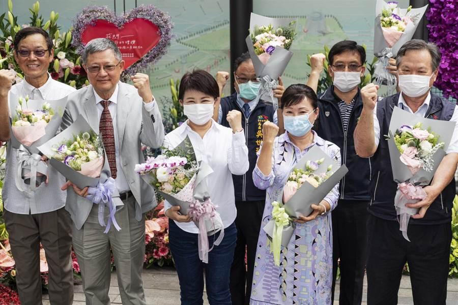台中市長盧秀燕(左3)在「花閃生命的禮讚開幕時向防疫及醫護人員致謝,並鼓勵民眾前往賞花,行銷花卉產業。(主辦單位提供/陳淑芬台中傳真)