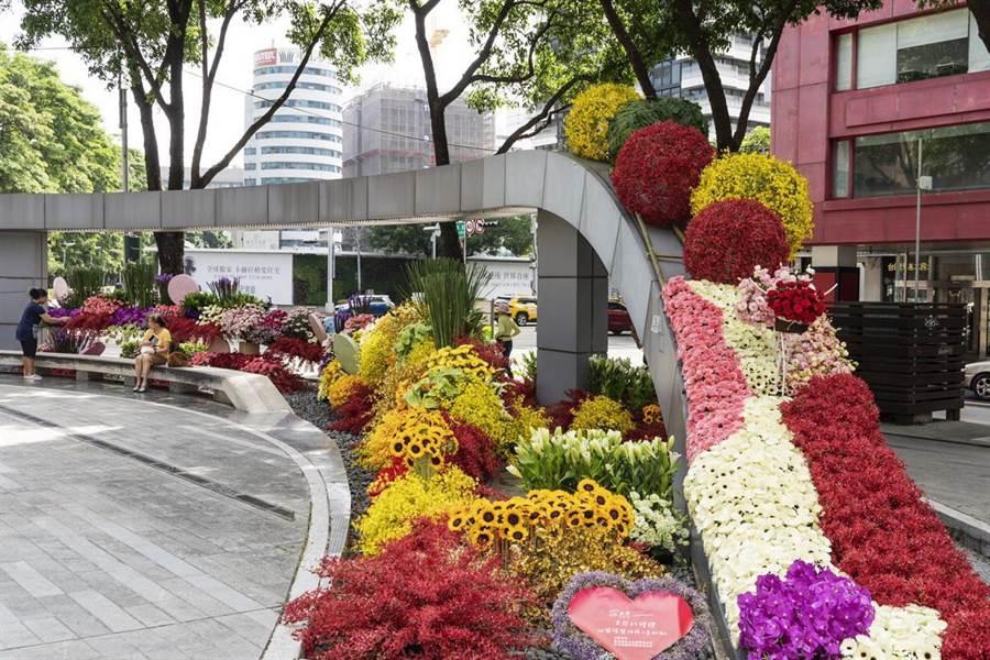 台中市農業局響與民間團體合作在草悟道推花藝展,向醫護及防疫人員表達感謝。(主辦單位提供/陳淑芬台中傳真)