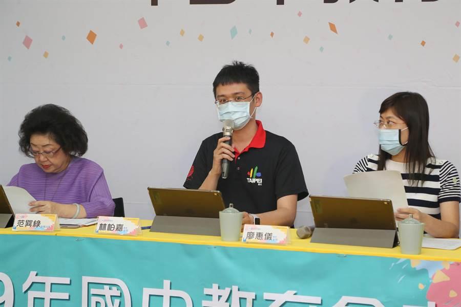 國中教育會考今天第二節考數學科,教育部次長范巽綠(左)主持記者會,由兩位國中老師來解析題目。(教育部提供/林志成台北傳真)