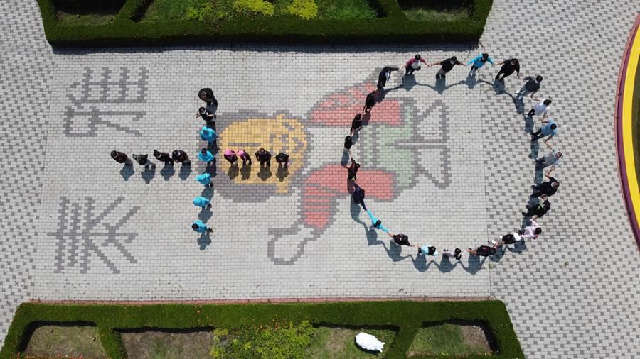 南投國姓泰雅渡假村為慶祝疫情趨緩,工作人員們特別排出「+0」字樣,向疫情指揮中心及在第一線打拼的的防疫醫護人員們致敬。(泰雅渡假村提供/馮惠宜台中傳真)