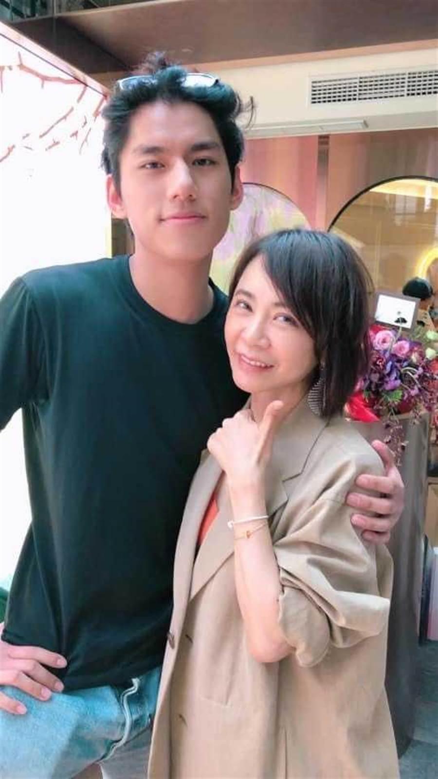 朱軒洋(左)相當開心雙入圍《台北電影獎》。(圖/翻攝自網路)