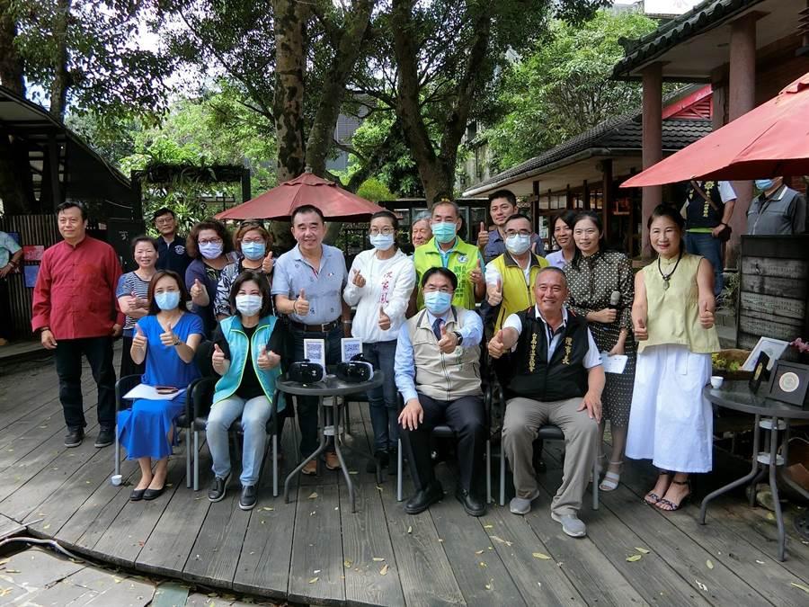 台南市長黃偉哲(前右二)向參加紓困培訓的觀光加油打氣。(台南市觀光局提供/劉秀芬台南傳真)