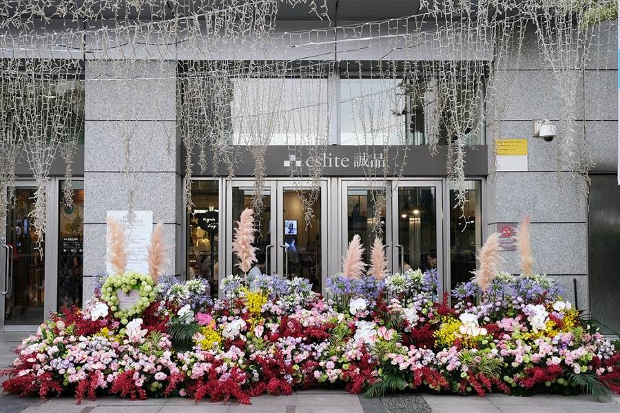 誠品生活敦南店「花閃」裝置|運用花朵打造如同瀑布、湧泉般的造型,象徵滿溢的愛與感激。(誠品提供)
