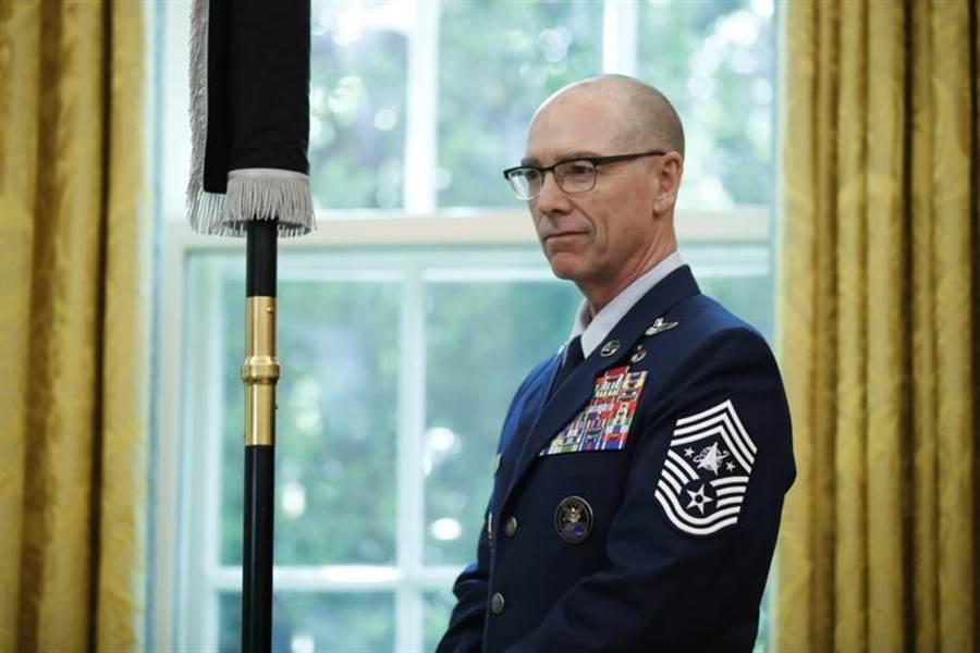 美太空軍在白宮展示新軍旗,同時也展示新軍種的臂章。展示者為太空軍總軍士長陶伯曼。(圖/美聯社)