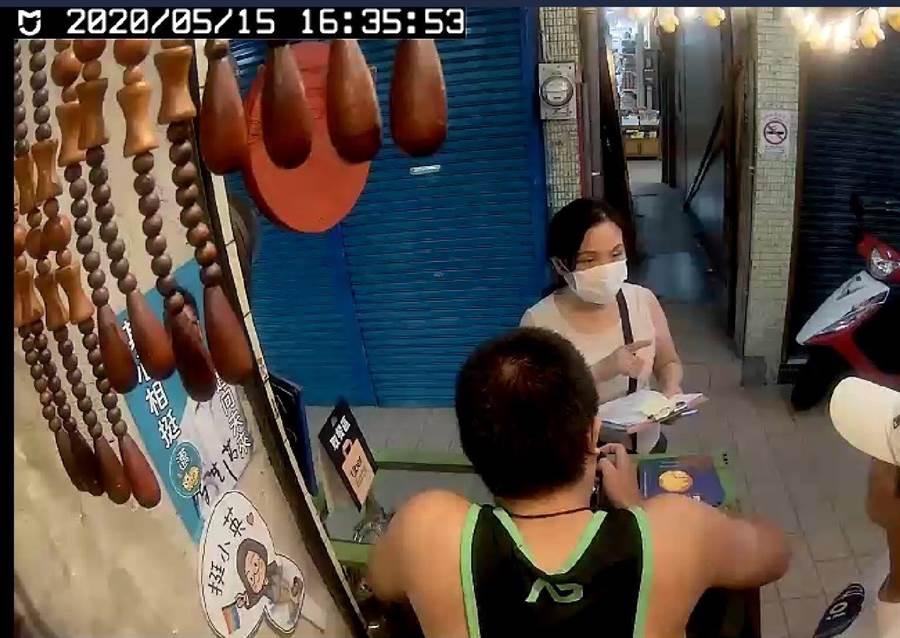 廣德家香蕉煎餅店指控15日晚間遭高市環保局人員稽查、是被韓粉惡意檢舉。(取自廣德家臉書/袁庭堯高雄傳真)