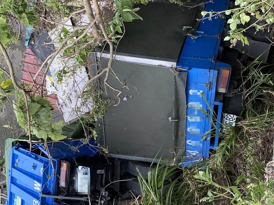 新北市樹林區兩台貨車疑似打滑相撞,掉入山谷中。(讀者提供/吳家詮傳真)