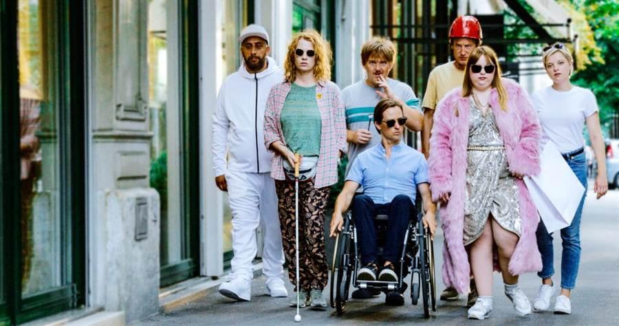湯姆希林坐輪椅演出《金魚俱樂部》。(海鵬影業提供)