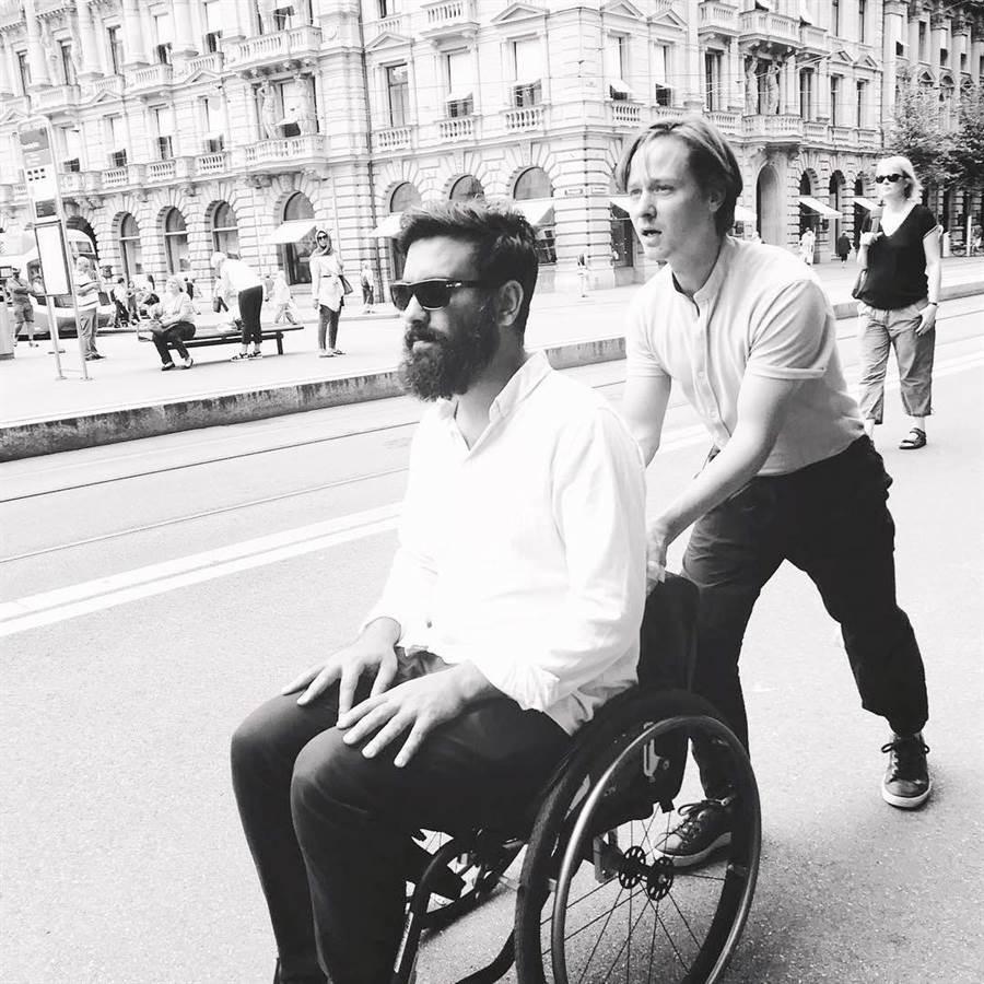 《金魚俱樂部》伊朗裔德籍編導阿里雷扎葛拉珊與男主角湯姆希林(後)在瑞士拍片練習走位。(海鵬影業提供)