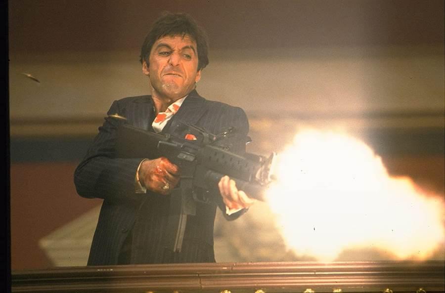 艾爾帕西諾在《疤面煞星》的經典槍戰。(摘自IMDb)