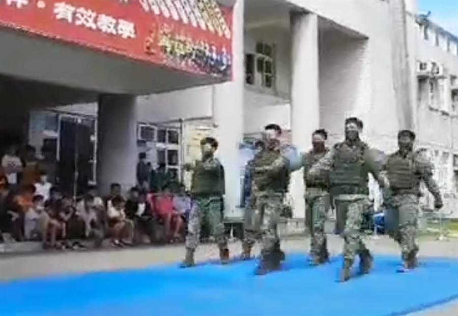 國軍戰技操演,竟然出現官兵(前排中間)「同手同腳」畫面。(朱姓民眾提供/莊哲權台東傳真)