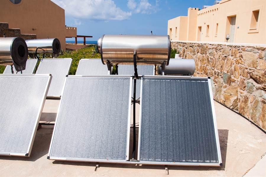 太陽能熱水器怕曬壞想搭棚架遮光?內行人疾呼母湯(示意圖/達志影像)