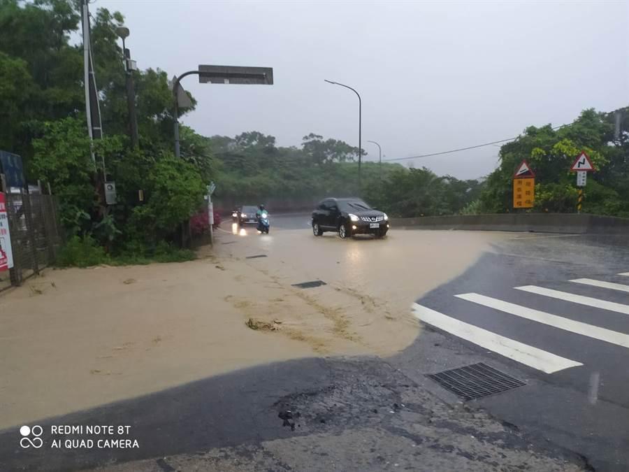 黃蜂外圍環流肆虐,全台各地下起大雷雨,瑞芳102縣道也遭泥水淹沒馬路 (圖/翻攝自瑞芳公共論壇)