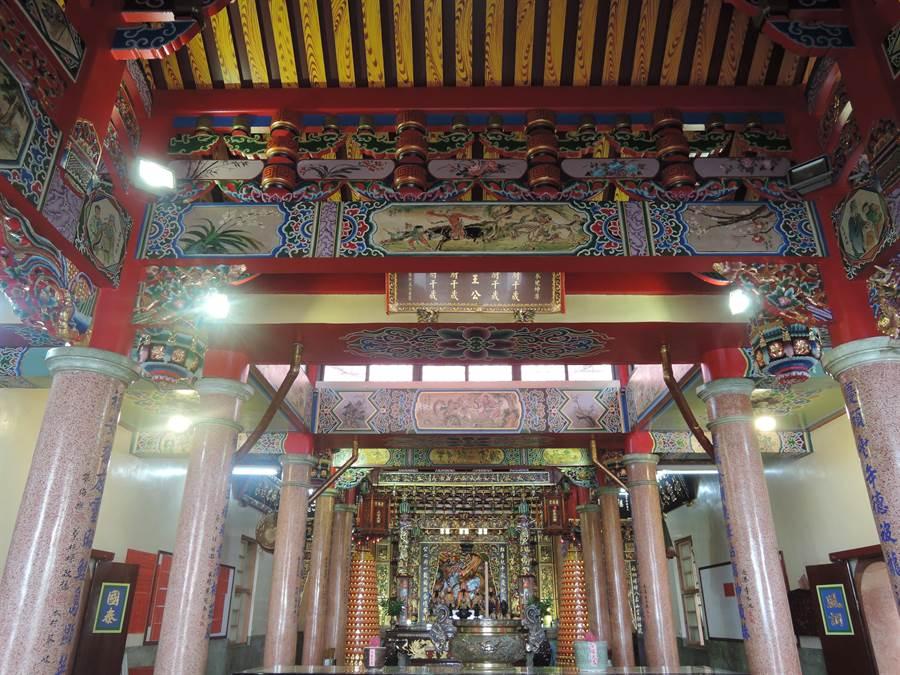 廟宇於民國59年重建時,邀請國寶級彩繪大師潘麗水及徒弟蔡龍進繪門神及橫梁的壁畫。(張毓翎攝)