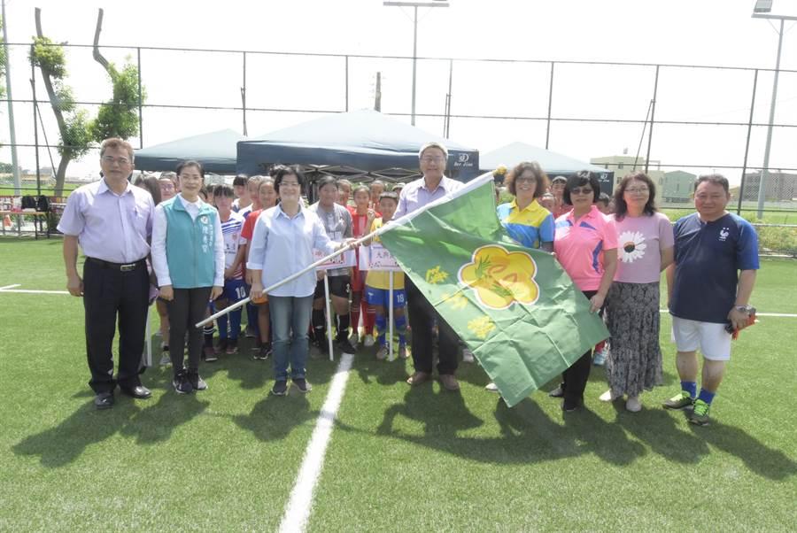 足球世界盃彰化縣預賽,大興國小足球隊晉級,代表參加全國賽,縣長王惠美授旗。(吳敏菁攝)