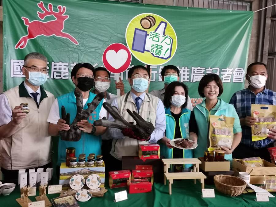 台南市長黃偉哲(前左三)至台南學甲區參加鹿產品推廣活動,向國人推銷台南優質鹿茸產品。(劉秀芬攝)