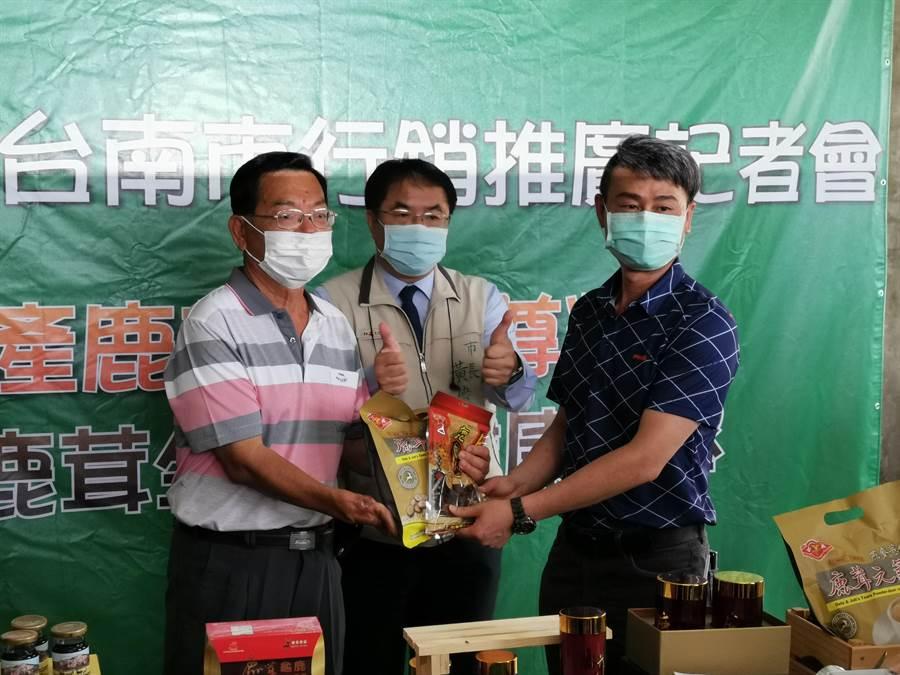 鹿產品運銷合作社贈送台南佳里奇美醫院100包鹿茸元氣飲跟鹿肉乾,台南市長黃偉哲(中)大力稱讚。(劉秀芬攝)
