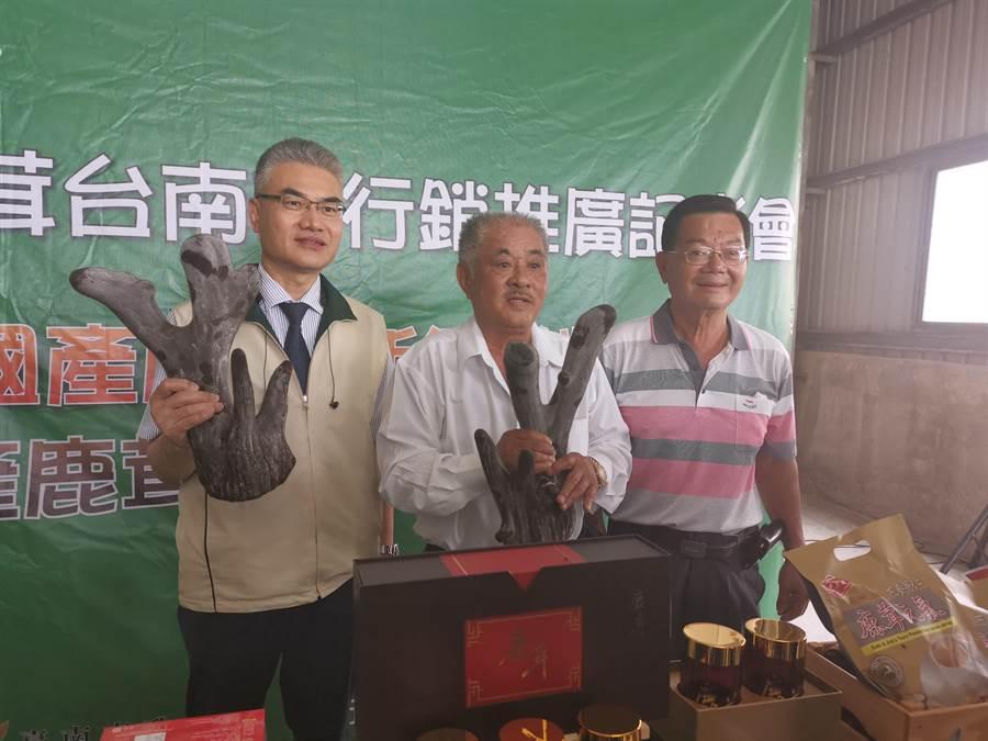 72多歲的嘉義縣漢洲建設董事長陳芳生(中),30多歲時開始喝中藥鹿茸飲品,身體變健康了,近15年來一直揪朋友到台南學甲買優質鹿茸,今年已多次找朋友一起來購買。(劉秀芬攝)