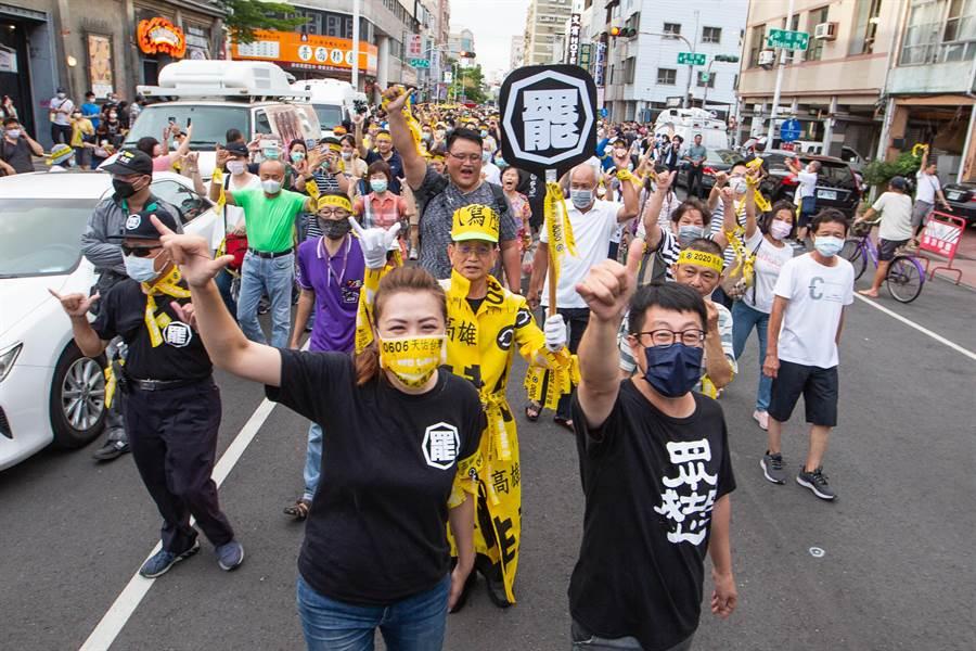 「罷韓演習」現場聚集上千民眾,在尹立、高閔琳帶領下短暫遊街。(袁庭堯攝)