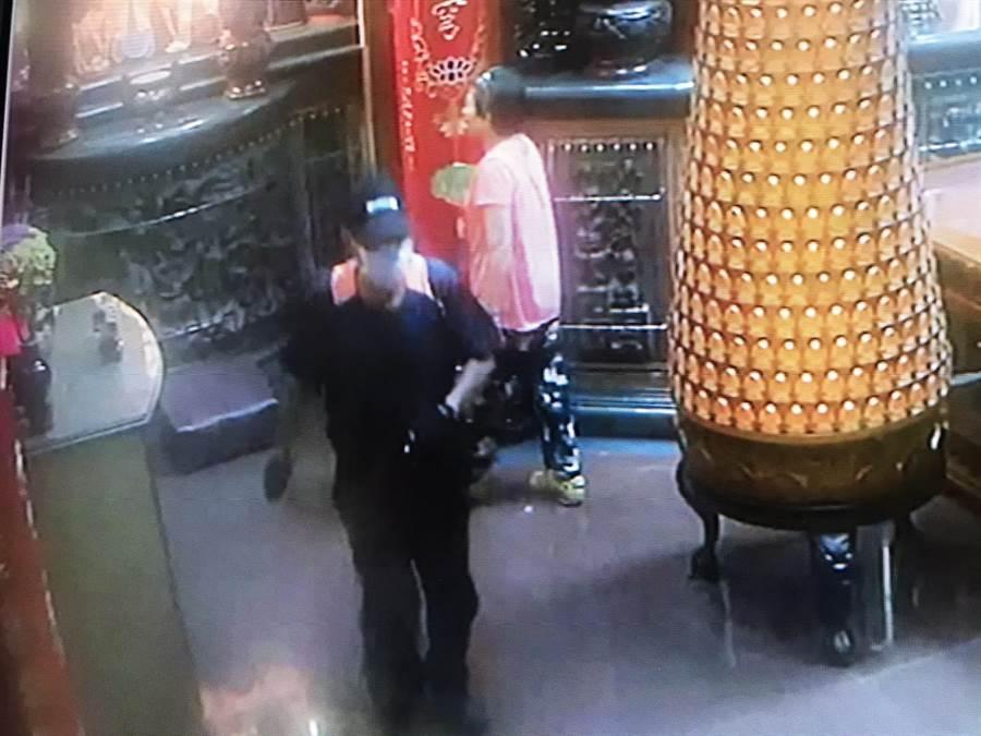 莊姓毒蟲(左)偷竊過程全被錄下。(台南市警察局麻豆分局提供/劉秀芬台南傳真)