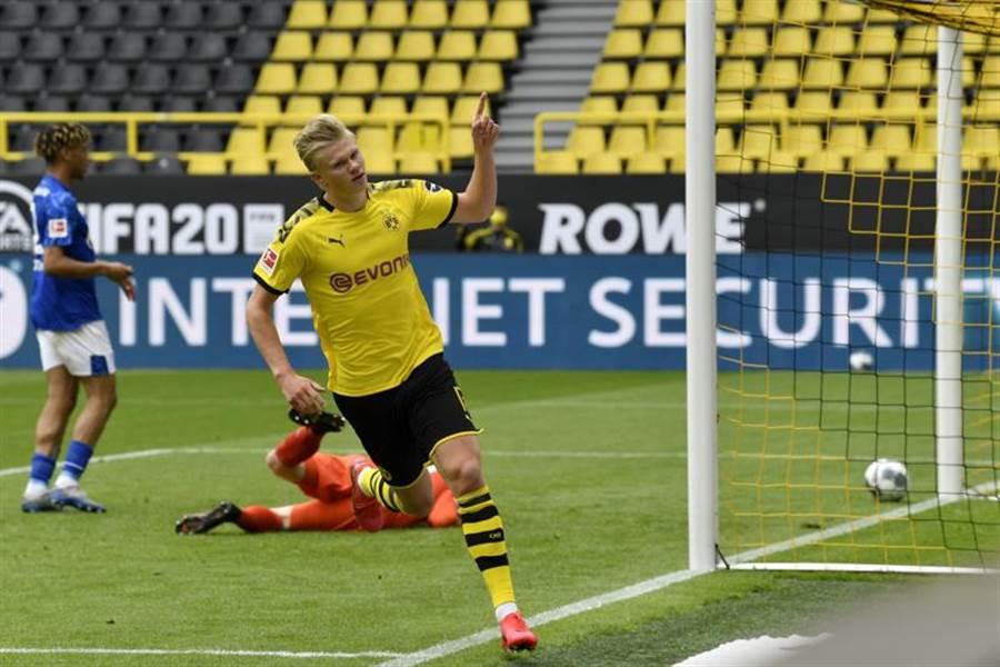 挪威前鋒哈蘭攻入德甲復賽後的第1球,幫助多特蒙德最終以4比0痛宰沙爾克04。(美聯社)