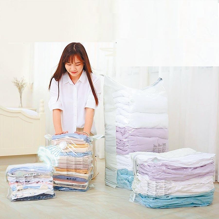 秋冬衣物體積大,善用萬用真空壓縮收納袋,不僅防水、防塵、防霉,還能大幅減少收納空間。(生活市集提供)