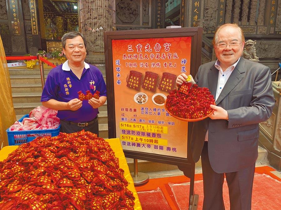 先嗇宮董事長李乾龍(右)表示,先嗇宮擁有百年歷史,今年因應疫情,遶境採車巡辦理,沿途發送防疫香包。(戴上容攝)