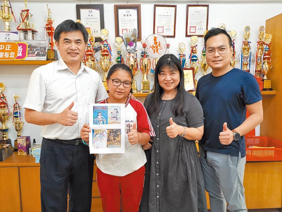 林相辰(左二)今年獲得總統教育獎,開心與校長陳福順(左一)合影。(吳建輝攝)