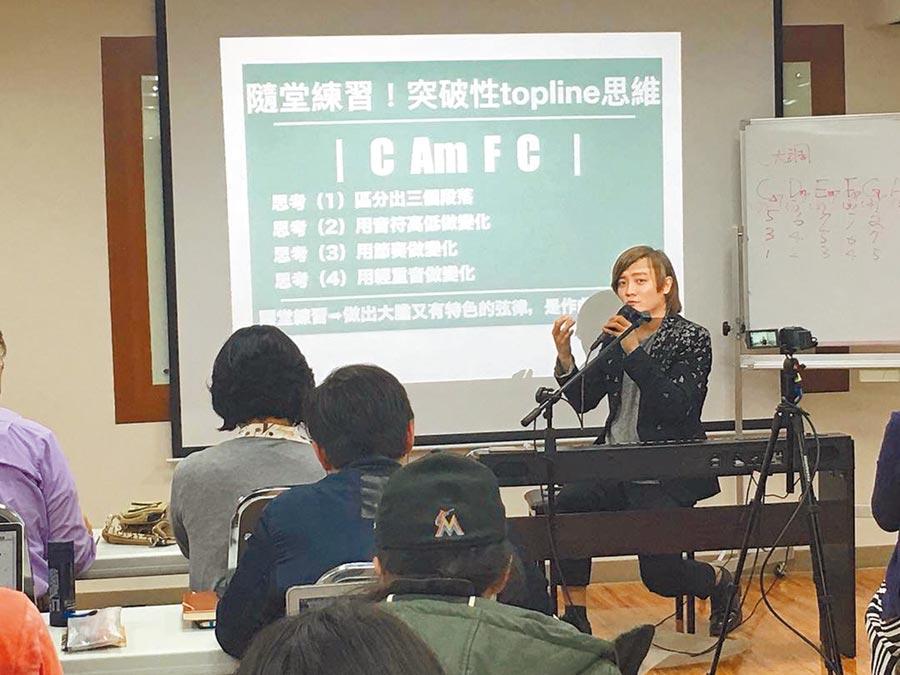 阿沁(右)時常受邀到學校授課。(UTS MUSIC ACADEMY提供)