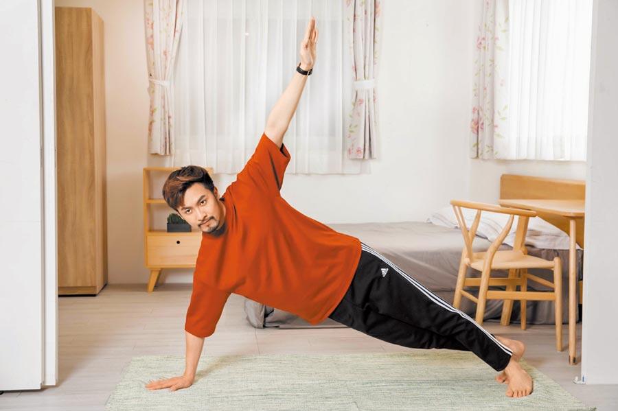 居家健身有一套,早起利用側棒式伸展筋骨。(石智中攝.示範/張雁名.服裝提供/UNIQLO、adidas)