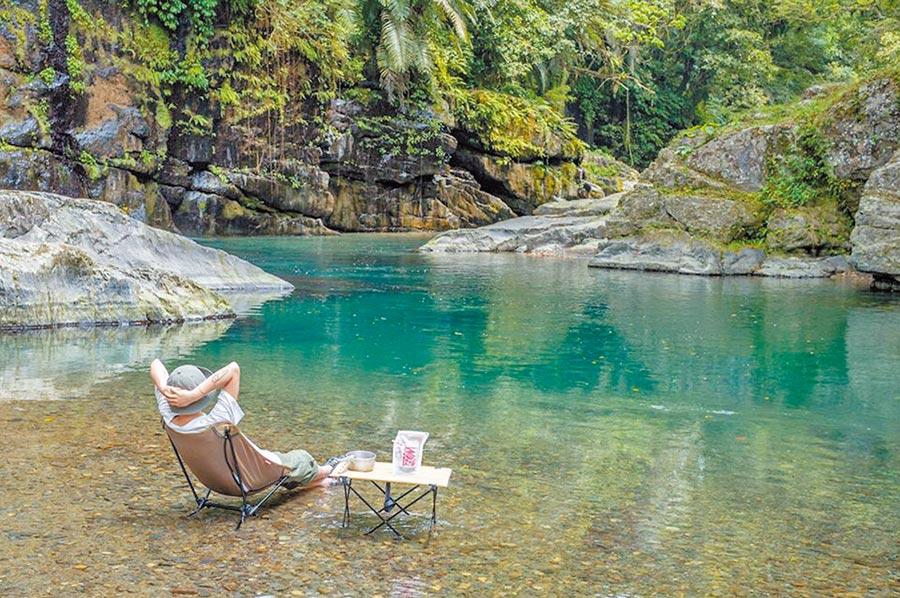 由專業領隊帶領至祕境,靜靜享受大自然的聲音。(飛達旅遊提供)