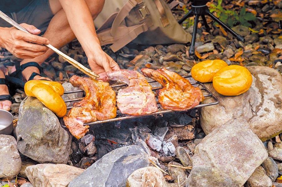 在山林之中享受野外料理,別有一番風味。(飛達旅遊提供)