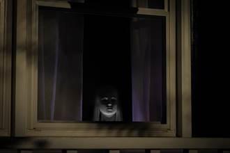 半夜驚見窗邊詭遺照嚇翻 男見真相氣炸