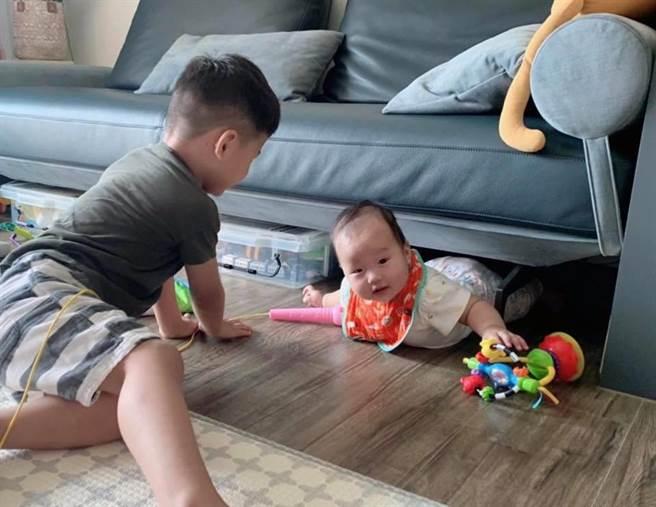 網友驚呼小孫女(右)的模樣與爺爺極像。(圖/摘自胡小瓜-Gua Family臉書)